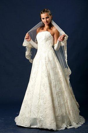 Обычно греческие свадебные платья не выглядят пышными, однако они все же имеют несколько слоев материи, легкой и летящей, которая будет красивыми волнами